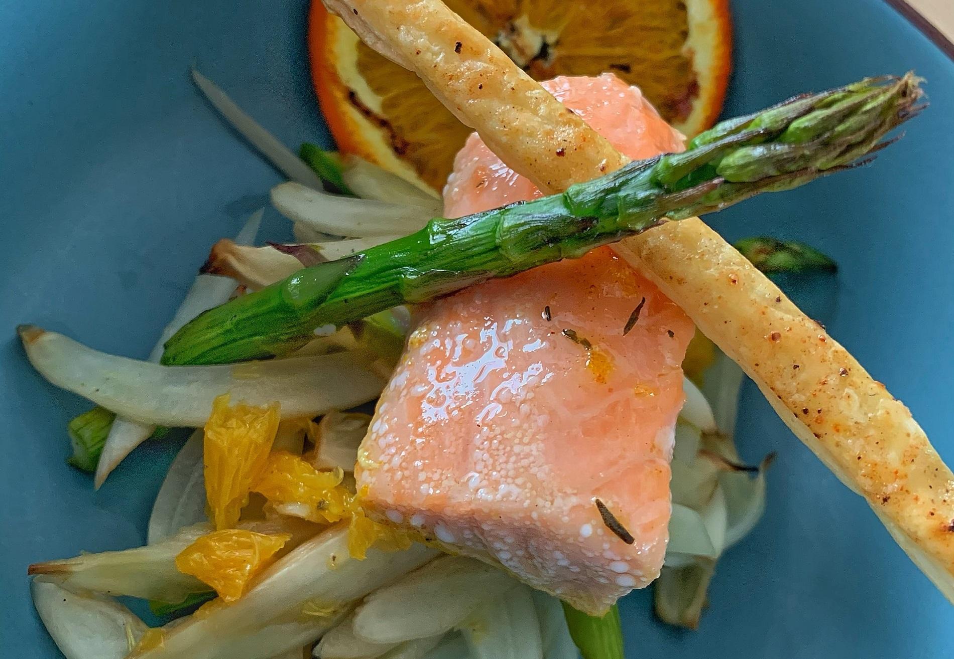 Langzaam gegaarde zalm met een venkel asperge salade By Chef's BBQ Table